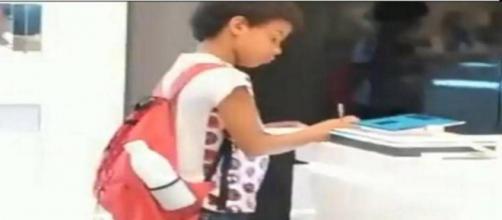 Guilherme, 10 anos, fazendo trabalho de escola em loja. (Reprodução/Instagram)