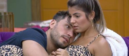 Lucas e Hariany conversam sobre relacionamento. (Reprodução/Record TV)