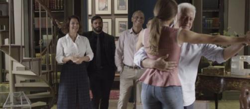 Nana fica radiante ao flagrar Alberto dançando. (Reprodução/TV Globo)
