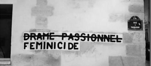 """Tag des """"collages féminicides"""" pour dénoncer les crimes faits sur les femmes dû à leur genre sexuel. Crédit:Instagram/collages_feminicides_paris"""