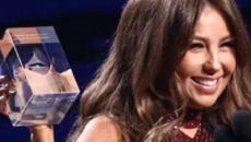 Thalía aparece com vestido transparente em premiação