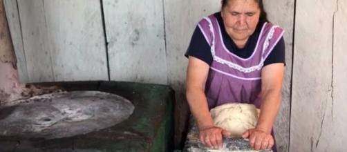 Doña Ángela, en su canal 'De mi rancho a tu cocina'. / YouTube