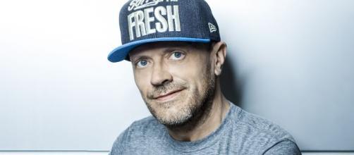 Il cantante Max Pezzali sarà uno degli ospiti di Propaganda Live.