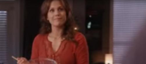 'When Calls the Heart's' Erin Krakow adds her kindness to the kitchen in the 'Christmas Cookie Matchup.' [Image Source: HallmarkChannel/YouTube]