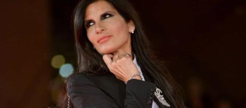 Pamela Prati a 25 anni di distanza torna a pubblicare una nuova hit musicale per dimenticare Mark Caltagirone