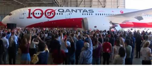 Qantas Dreamliner lands after world's longest non-stop flight, 19hrs from London to Sydney. [Image source/Evening Standard YouTube video]