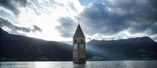 La serie sarà ambientata nel paese di Curon, in Val Venosta.