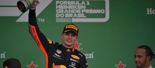 Max Verstappen con el trofeo de campeón. / AFP
