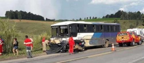 Carro bateu de frente no ônibus. (Divulgação/Polícia Rodoviária Federal)
