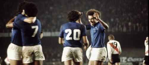 Cruzeiro-River Plate, finale di Copa Libertadores del 1976: i giocatori brasiliani si abbracciano dopo un gol