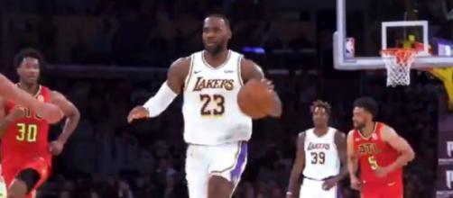 O camisa 23 armou com maestria as jogadas do seu time, comandando a boa apresentação. (Reprodução/Twitter/@Lakers)