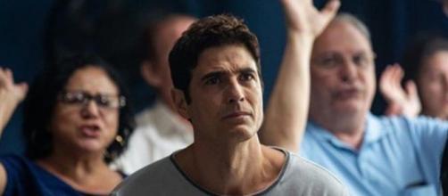Régis (Reynaldo Gianecchini) receberá ajuda de pastor durante culto. (Reprodução/ TV Globo)