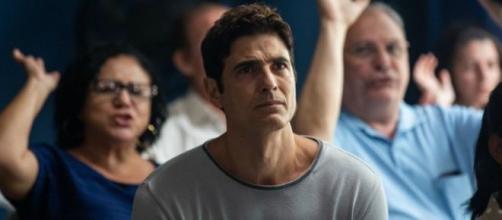 Régis visita culto e acaba convertido em 'A Dona do Pedaço'. (Reprodução/Rede Globo)