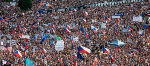 I manifestanti in piazza a Praga