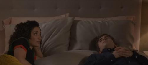 "Shaun [Freddie Highmore] and Carly try moving closer on ""The Good Doctor"" in Season 3's Episode 8, ""Moonshot."" [Image source; ABC-YouTube]"