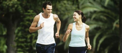 Hacer deportes al aire libre tiene muchos beneficios.