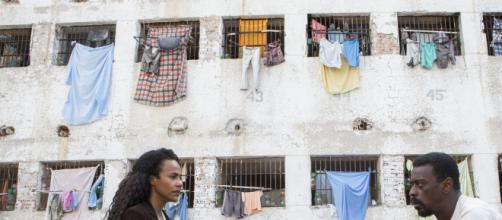 Naruna Costa e Seu Jorge em cena de 'Irmandade' série brasileira da Netflix. (Reprodução/Netflix)