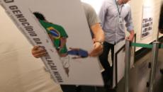 Deputado Coronel Tadeu, do PSL, rasga quadro que denuncia preconceito racial