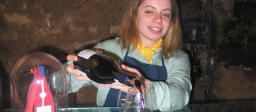 Au coeur des caves Bouchard Ainé & Fils, au centre de Beaune, Myrtille Scherer fait découvrir le Fixin la Mazière 2018, à la couleur rubis.