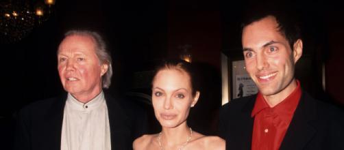 Angelina Jolie posa ao lado do pai Jon Voight e do irmão mais velho James Haven. (Arquivo Blasting News)