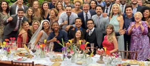 Gravação e comemoração do encerramento da novela com casamento de Maria da Paz e Amadeu. (Reprodução/Instagram/@julianapaes)