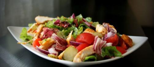 Las ensaladas frescas durante la cena ayudan a descansar mejor. - foodandwineespanol.com