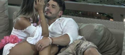 Lucas e Hariany vivem momentos de romance e brigas em 'A Fazenda'. (Arquivo Blasting News)