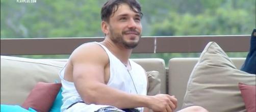 Lucas Viana volta para a sede e Netto e Viny se incomodam. (Reprodução/Record TV)