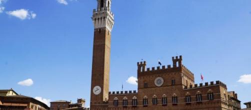 Una donna si butta dalla Torre del Mangia a Siena: in rete il video della tragedia, la Procura indaga