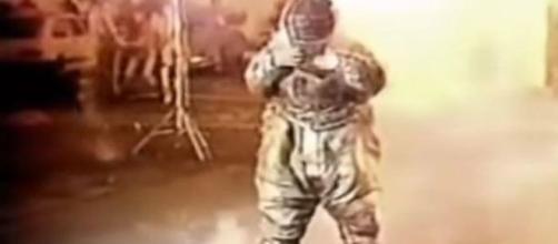 Apresentador teve que passar por um túnel em chamas (reprodução youtube).