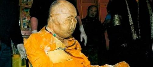 Corpo de monge budista morto em 1927 permanece em postura meditativa. (Reprodução/Aventura na História)