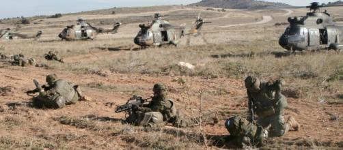 Los paracaidistas se despliegan en guerrilla tras ser helitransportados al campo de batalla.