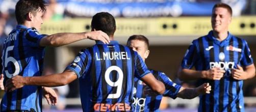 Luis Muriel festeggia con i propri compagni di squadra dell'Atalanta