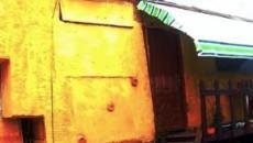 Homem constrói casa de três quartos e dois andares em cima de caminhão