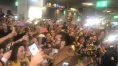 La llegada de Can Yaman a España causa furor en el aeropuerto de Madrid