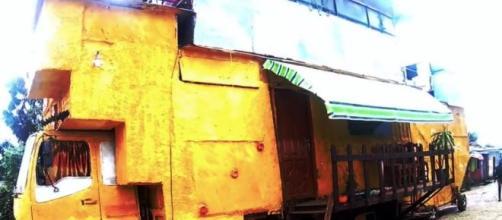 Caminhão tem oito ambientes: três quartos, duas salas e três banheiros. (Reprodução/YouTube/EthioInfo)