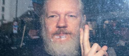 Julian Assange verserebbe in condizioni di salute critiche.