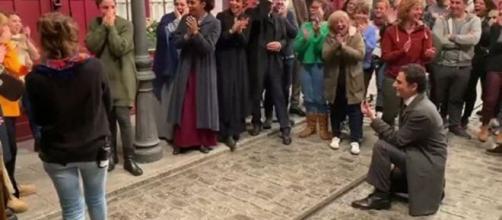 Una Vita: l'interprete di Antoñito ha chiesto in sposa la sua fidanzata sul set della soap.