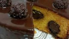 Receita de bolo de cenoura que sai do forno recheado de brigadeiro