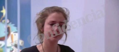Captura del vídeo en el que se ve a Carlota visionando su supuesta violación. / El Confidencial