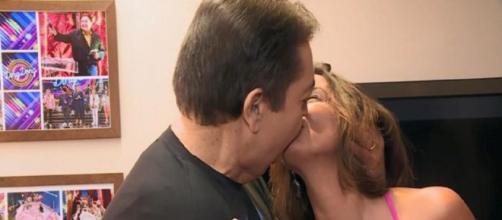 Fausto Silva beija mulher no Domingão do Faustão. (Reprodução/TV Globo)