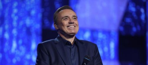 """Gugu Liberato no palco do """"Canta Comigo"""". (Reprodução/RecordTV)"""