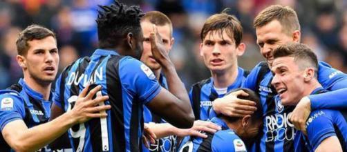 L'Atalanta festeggia i tre punti contro la Dinamo