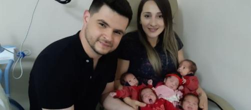 Primeira foto da família dos quíntuplos reunida após os bebês deixarem a UTI. (Arquivo Blasting News)