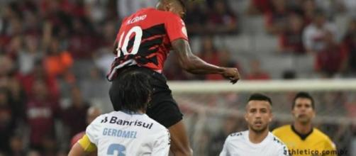 Cirino perdeu duas oportunidades de marcar e ampliar a vantagem do Athletico na Arena. (Divulgação/Athletico)