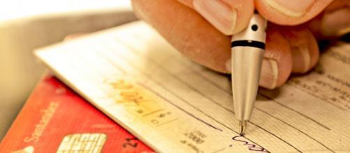 Diminuição dos juros do cheque especial: aumento da competição entre bancos e criação de nova tarifa. (Arquivo Blasting News)