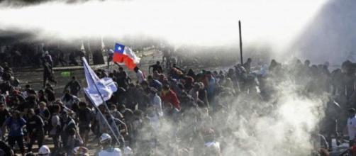 Governo do Chile tenta estratégia de corte de salários dos políticos para apaziguar o povo. (Arquivo Blasting News)