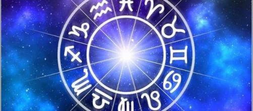 L'oroscopo di domenica 1° dicembre: dubbi d'amore per il Cancro, emozioni per il Capricorno
