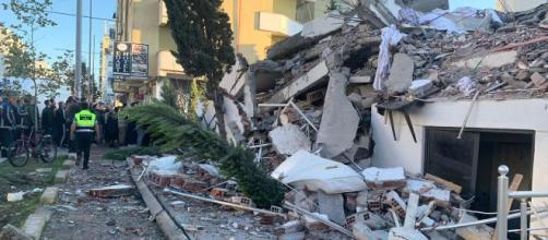 Terremoto Albania, una madre e suoi tre figli piccoli ritrovati morti e abbracciati sotto le macerie