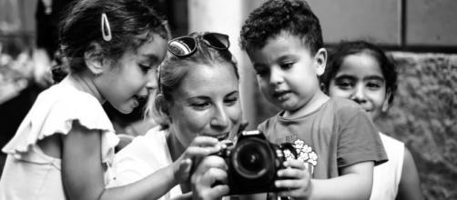 Elisa con alcuni bimbi in uno dei suoi viaggi